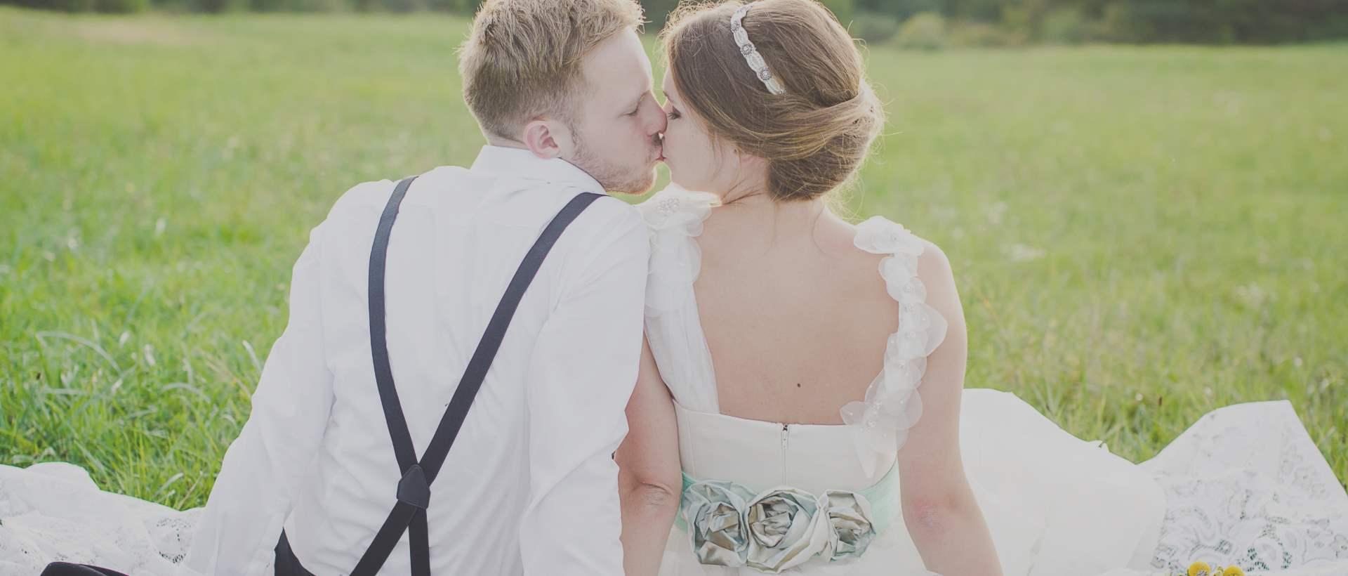 Weddin Planner sposi nel prato